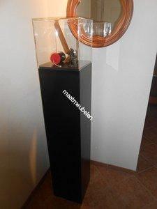 Op kleur gelakte, Decoratieve zuil / sokkel / met plexiglazen kap